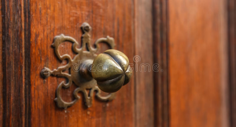 Botão & porta dourados fotografia de stock