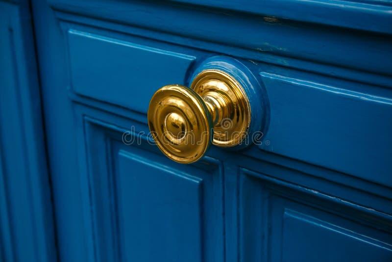 Botão & porta dourados foto de stock