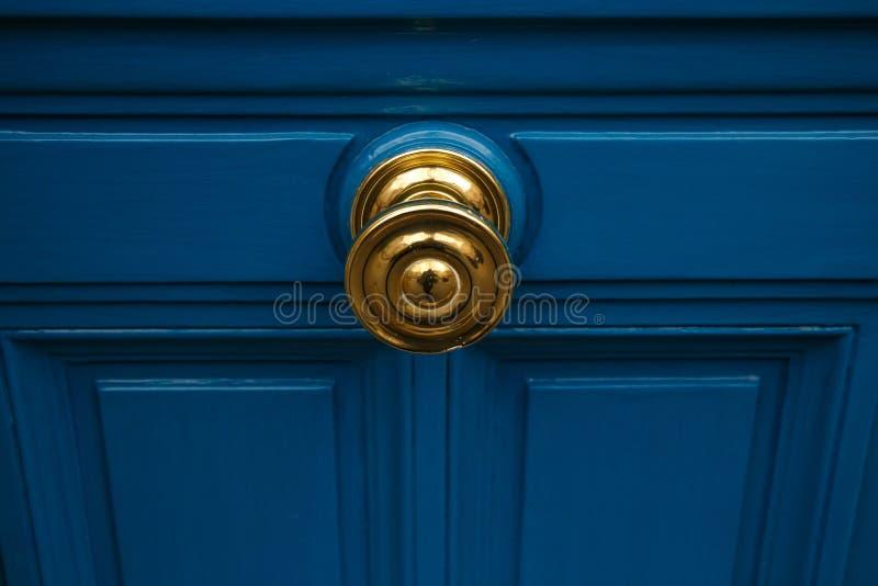 Botão & porta dourados fotos de stock royalty free