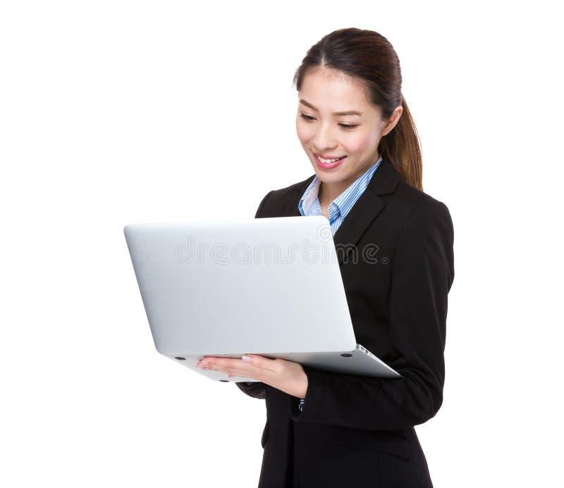 Botín de la empresaria en el ordenador portátil fotos de archivo