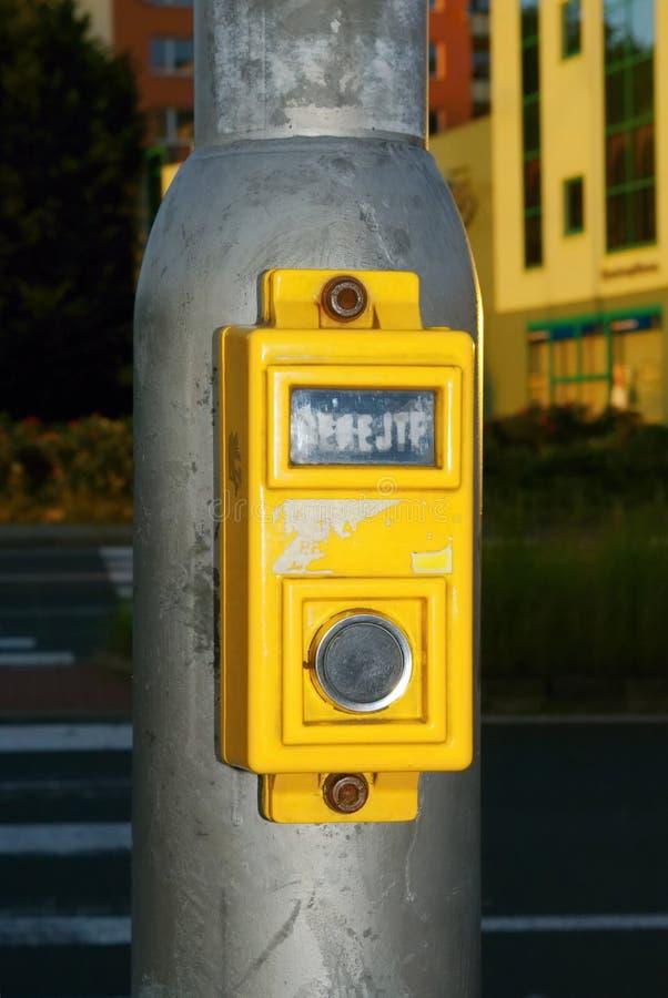 Botón amarillo del paso de peatones fotos de archivo libres de regalías