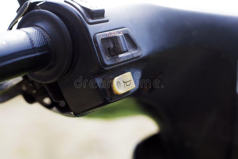 Botón de cuerno de la vespa en el volante imagen de archivo