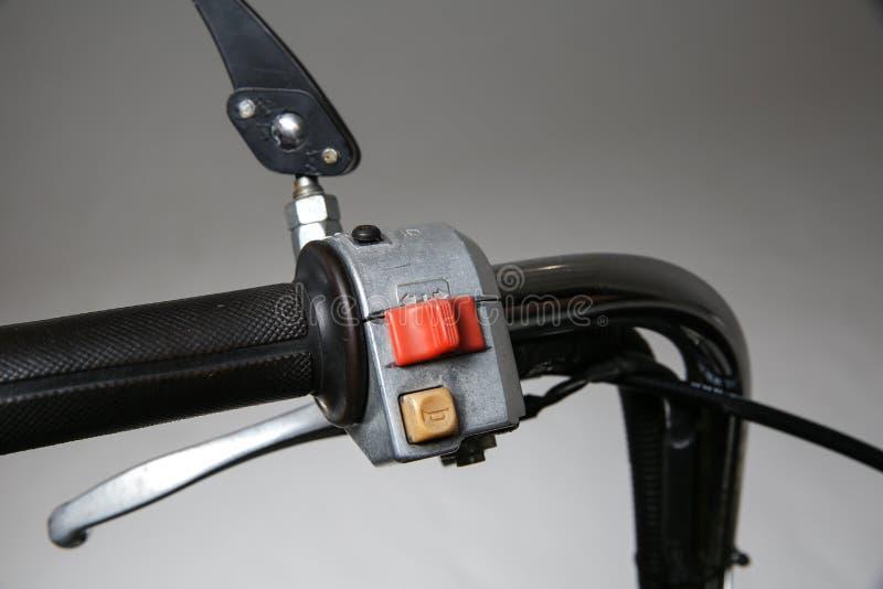 botón de la señal de vuelta en el manillar de la vespa botón de cuerno en el manillar de la motocicleta imágenes de archivo libres de regalías