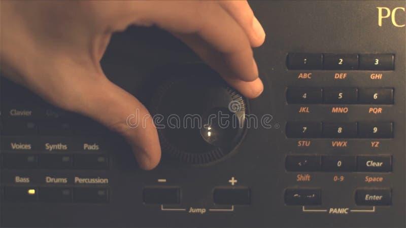 Botón de opción de adaptación del fm de la mano Imagen retra procesada Mano que ajusta control de volumen Concepto de la difusión imagenes de archivo