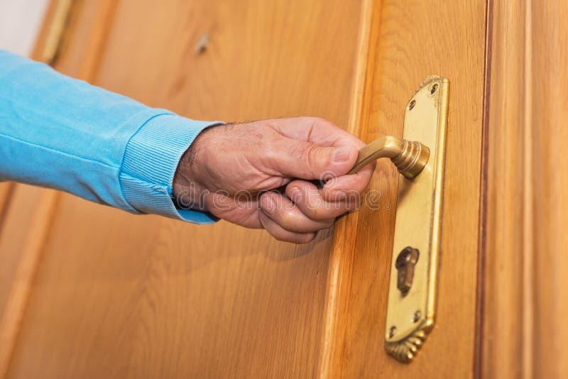 Botón de puerta abierta de la mano del hombre imagen de archivo libre de regalías