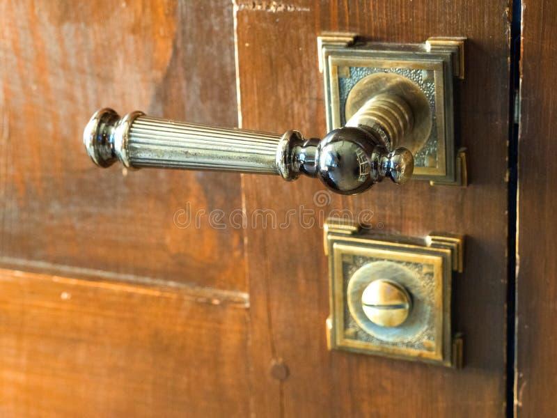 Botón de puerta antiguo del metal Puerta de madera vieja imagen de archivo