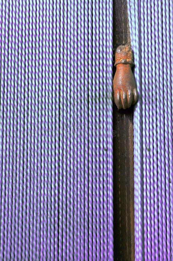 Botón de puerta con forma de la mano en la entrada con las cortinas fotografía de archivo
