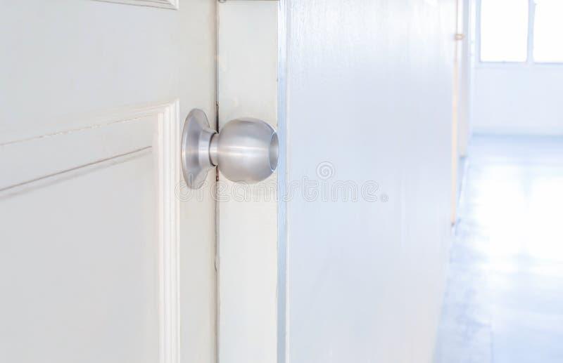 Botón de puerta de aluminio imagen de archivo libre de regalías