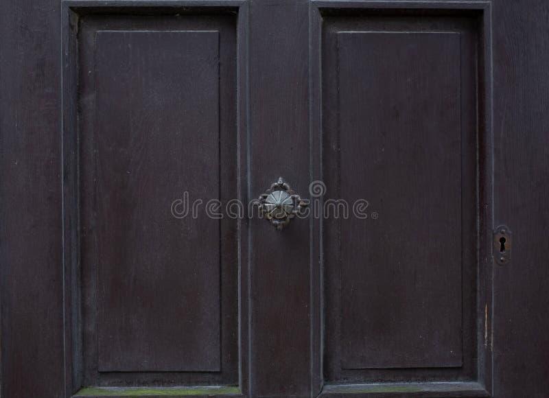 Botón de puerta del vintage en una puerta pintada vieja fotografía de archivo libre de regalías