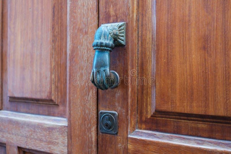 Botón de puerta, forma de la mano que golpea el botón de puerta fotos de archivo