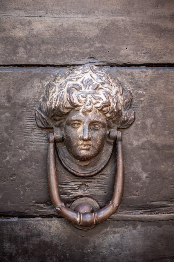 botón de puerta principal de madera viejo imagen de archivo