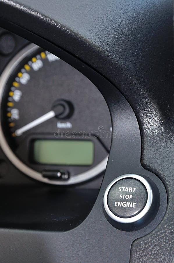Botón del motor de la parada de comienzo en coche fotos de archivo