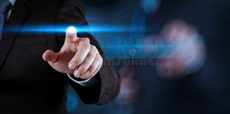 Botón del presionado a mano del hombre de negocios con el contacto imagen de archivo libre de regalías