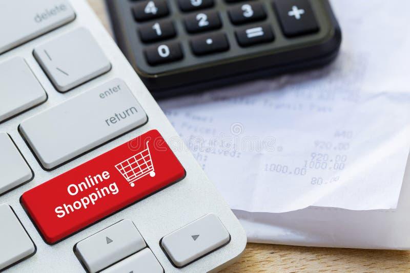 botón en línea al por menor del icono del carro de la compra en un teclado imágenes de archivo libres de regalías