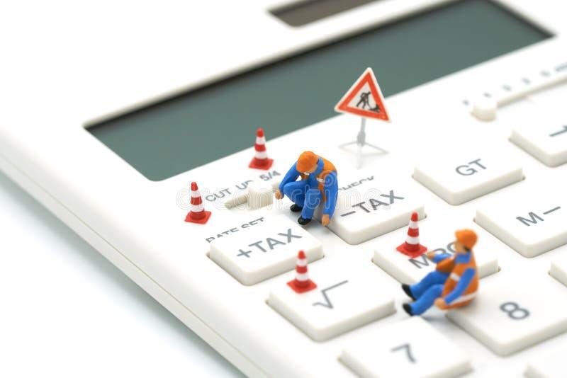 Botón miniatura del IMPUESTO de Keypad del trabajador de construcción de la gente para el cálculo del impuesto Fácil calcular en  foto de archivo libre de regalías
