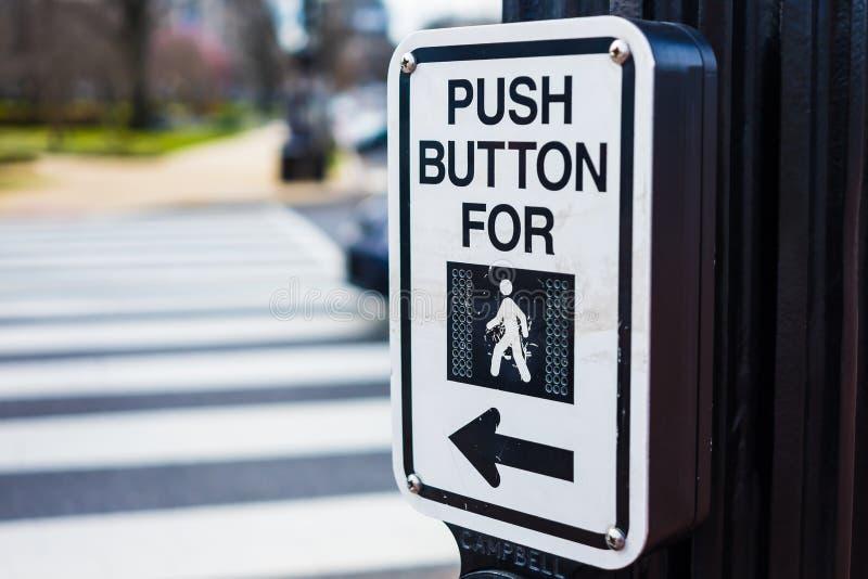 Botón para cruzar la muestra del paso de peatones del camino imagen de archivo