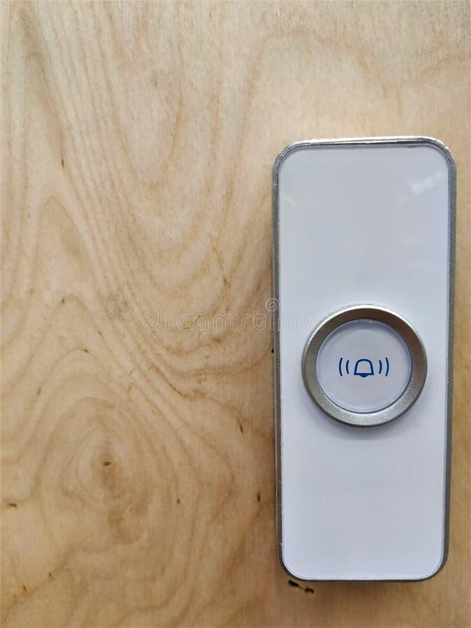 Botón para llamar al empleado cuando usted necesita ayuda con la compra El panel blanco de la campana está situado en la superfic imágenes de archivo libres de regalías