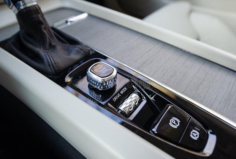 Botón por marcha-parada en un coche fotos de archivo