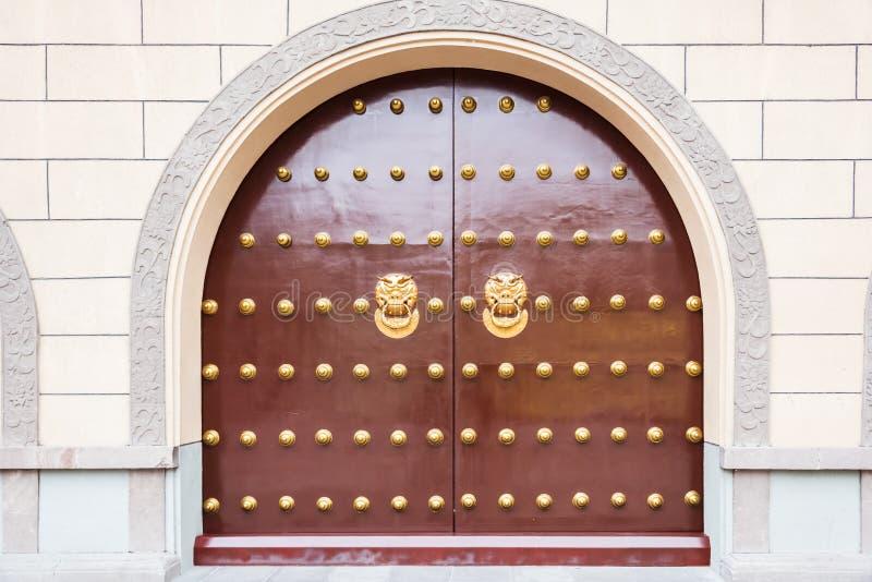 Botón principal animal del applique del bronz chino en puertas rojas de la puerta fotos de archivo libres de regalías