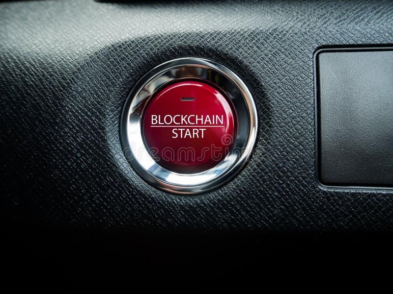 Botón rojo grande de la bloque-cadena en el fondo negro foto de archivo