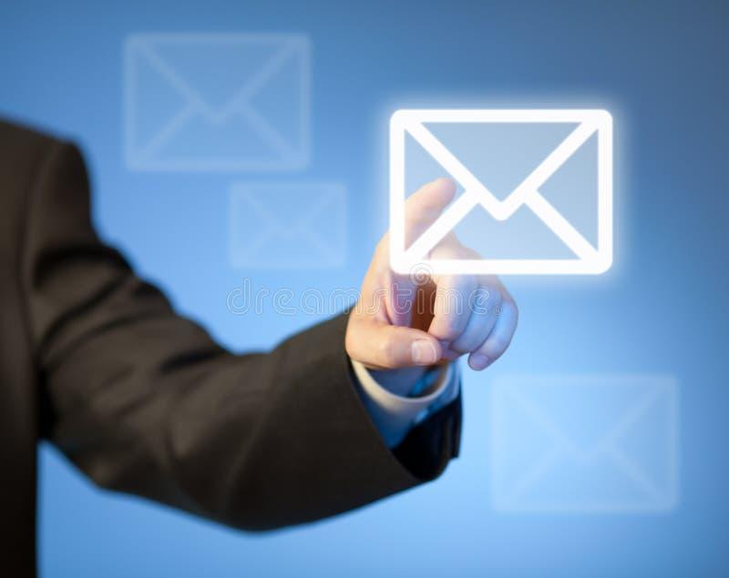 Botón virtual del correo del presionado a mano en pantalla táctil fotos de archivo libres de regalías