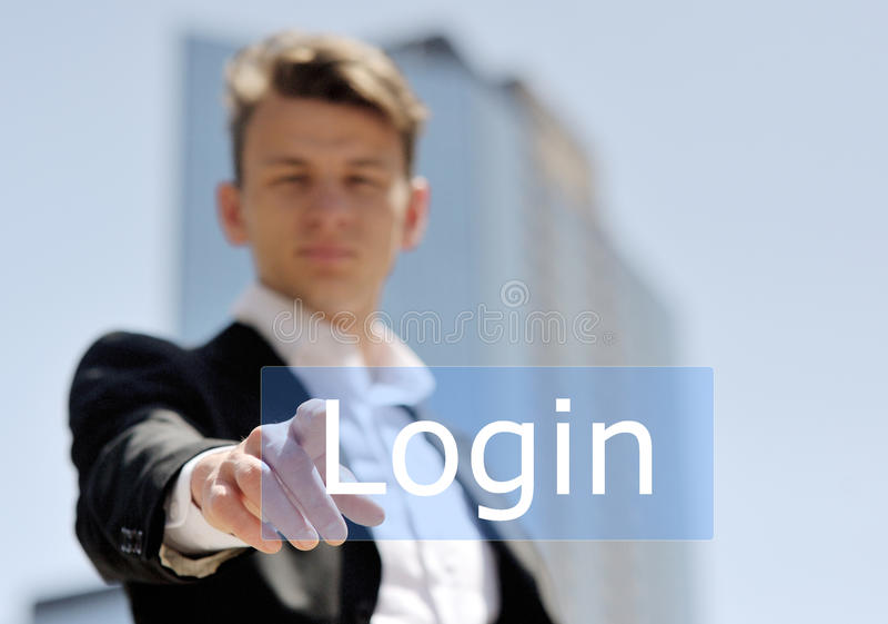 Botón virtual del inicio de sesión de la prensa del hombre de negocios imagen de archivo