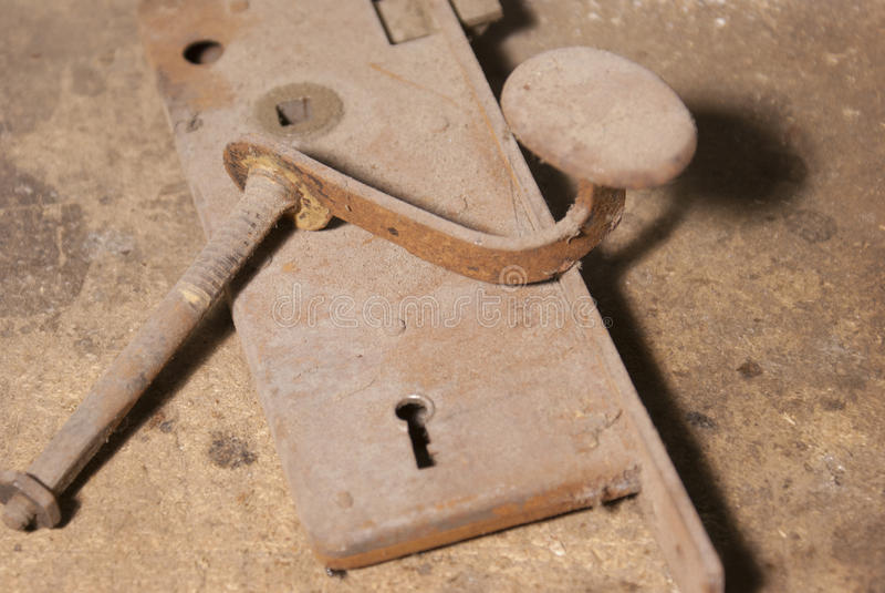 Botón y cerradura viejos oxidados de puerta imagen de archivo