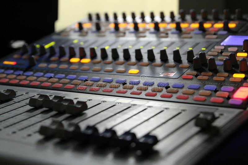 Botões audio do misturador durante a emissão viva da tevê imagens de stock