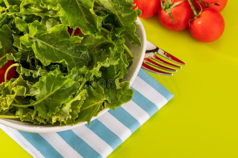 Botões da couve da couve Salada com um aspecto rústico fotografia de stock