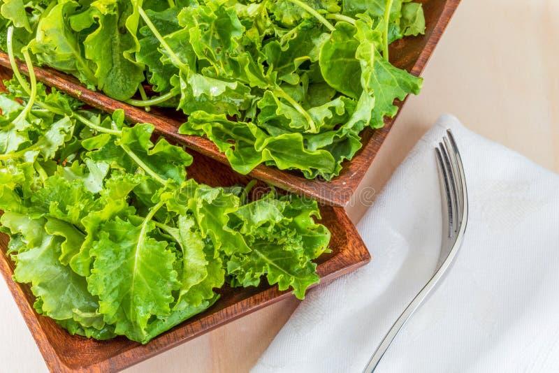 Botões da couve da couve Salada com um aspecto rústico imagens de stock