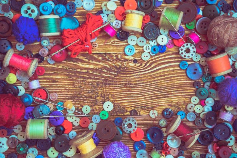 Botões da roupa no baclground de madeira imagem de stock