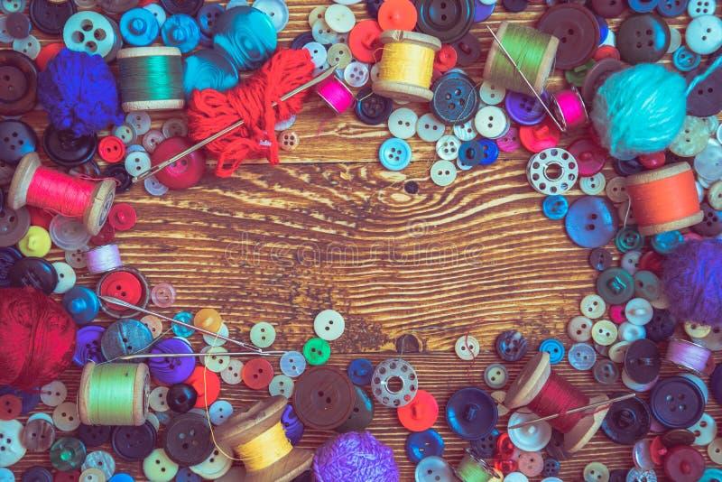 Botões da roupa no baclground de madeira fotografia de stock