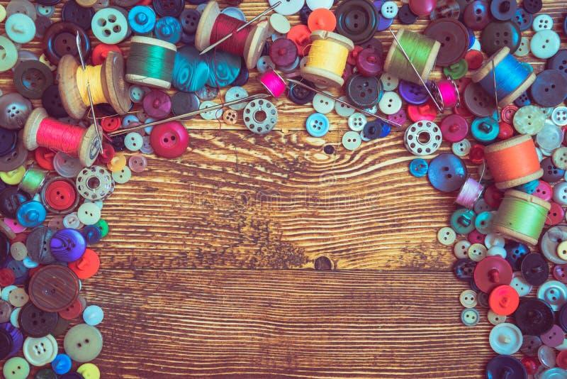 Botões da roupa no baclground de madeira foto de stock
