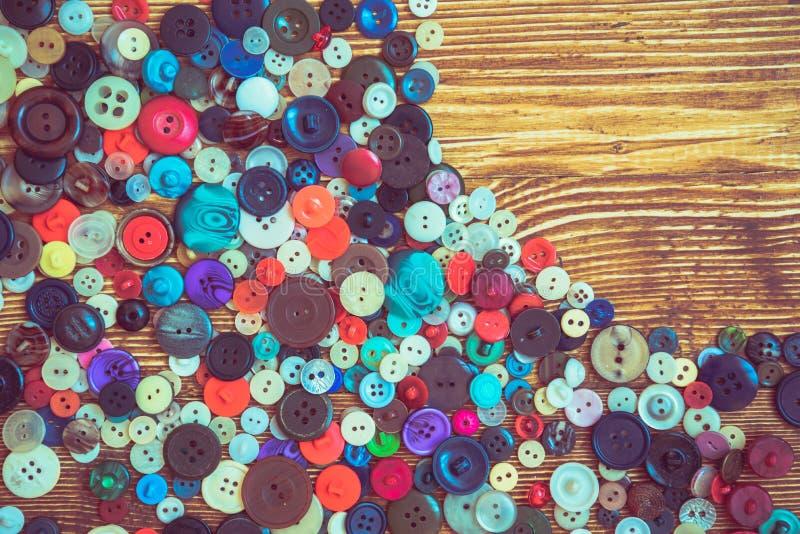 Botões da roupa no baclground de madeira fotos de stock royalty free