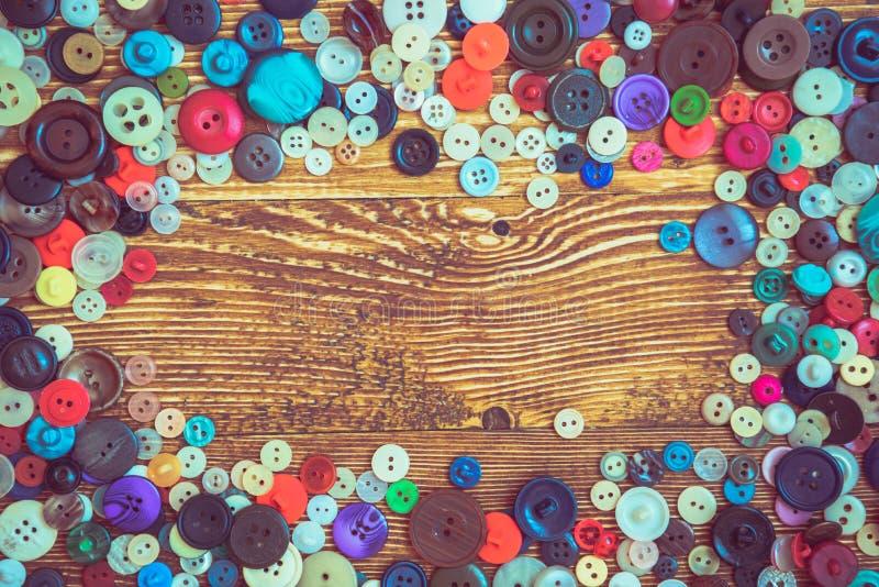 Botões da roupa no baclground de madeira imagens de stock