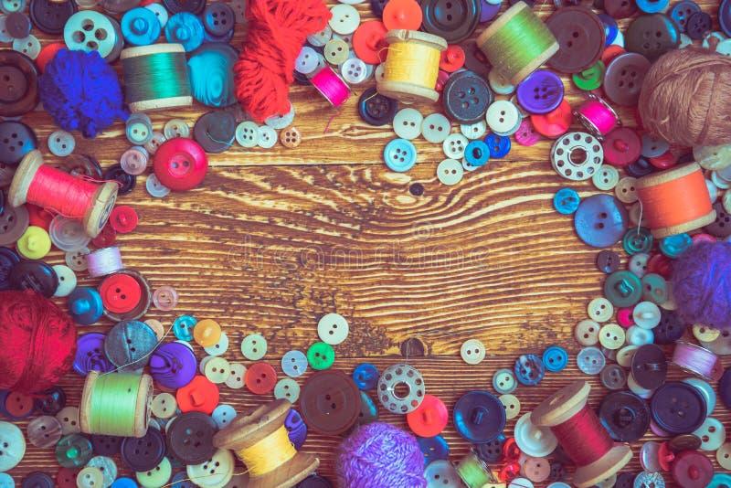 Botões da roupa no baclground de madeira fotos de stock