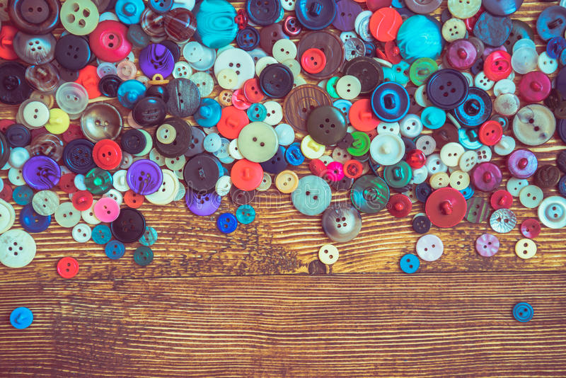 Botões da roupa no baclground de madeira imagens de stock royalty free