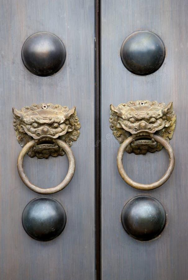 Botões de porta chineses do templo foto de stock