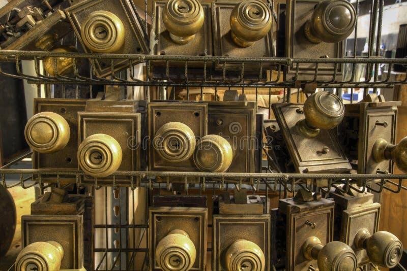 Botões de porta velhos do metal da ferragem fotografia de stock royalty free