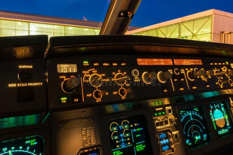 Botões e botões da cabina do piloto fotografia de stock royalty free