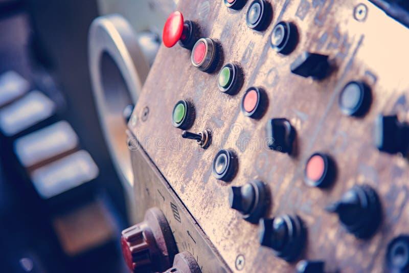Botões e equipamento de controle remoto da máquina para a operação humana na empresa fotos de stock