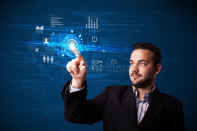 Botões futuros tocantes da tecnologia da Web do homem de negócios considerável e imagem de stock royalty free