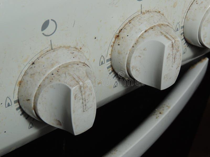 Botões sujos de um fogão de gás fotos de stock