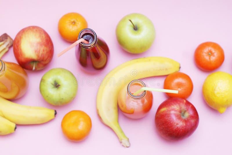 Bot amarelo verde vermelho do foco seletivo da uva da romã de Apple Kiwi Orange Banana Pine Apple da morango dos frutos tropicais imagem de stock royalty free