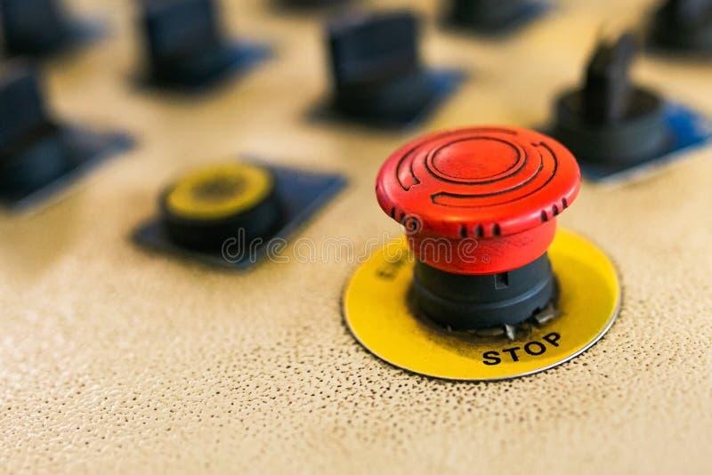 Bot?n de paro de emergencia Botón de paro rojo en el control de máquina fotografía de archivo libre de regalías
