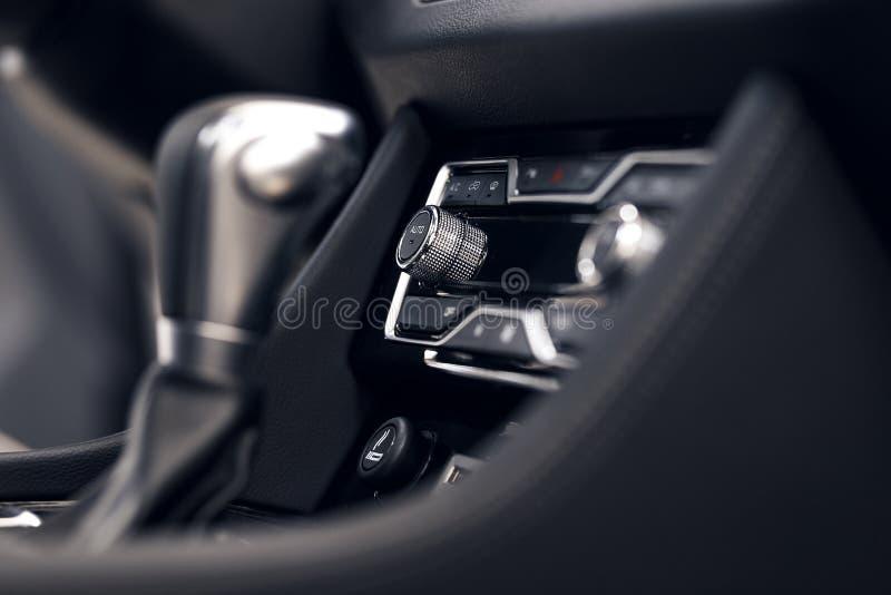 Bot?o do condicionamento de ar dentro de um carro Unidade de controle do clima no carro novo detalhes modernos do interior do car fotos de stock royalty free