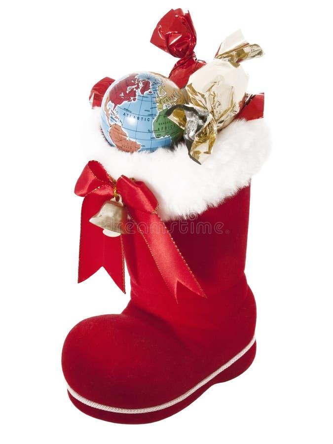 Bota vermelha com doces e um globo imagem de stock