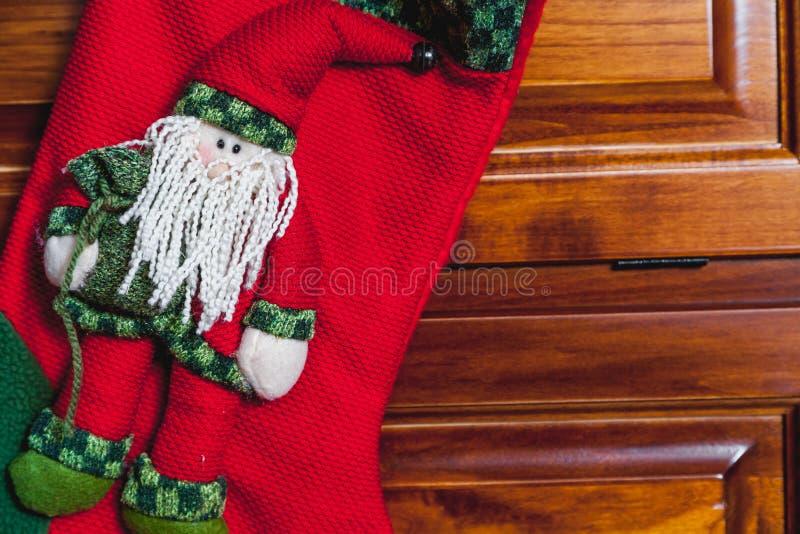 A bota vermelha do ano novo pesa na mobília lustrada imagem de stock royalty free