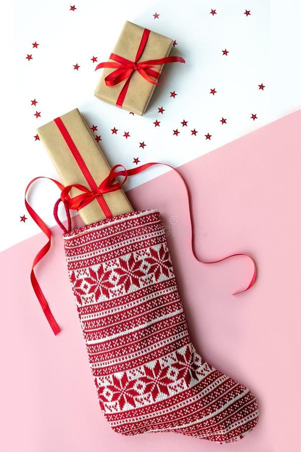 Bota vermelha do Natal com os presentes no fundo imagens de stock
