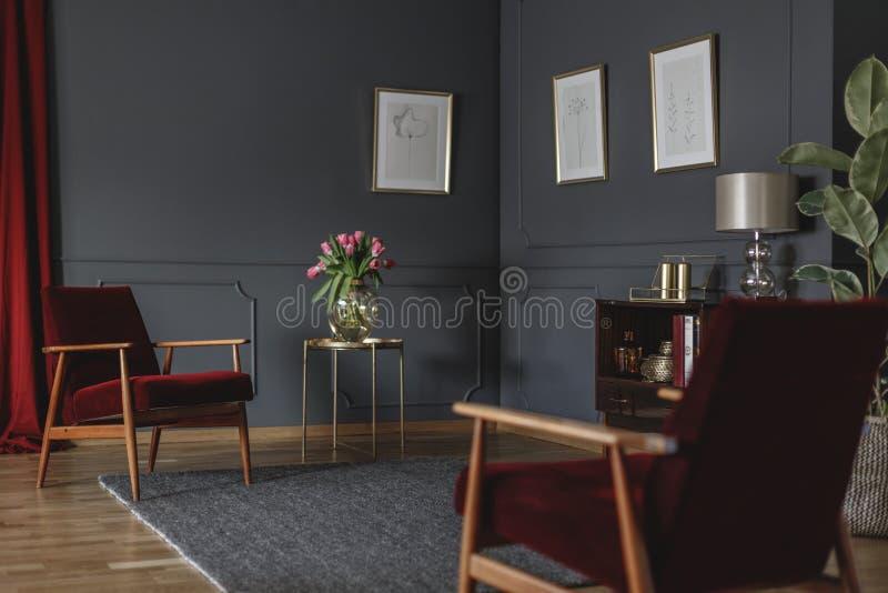 Botanische Zeichnungen auf einer dunkelgrauen Wand in der Ecke eines luxuri stockfotos